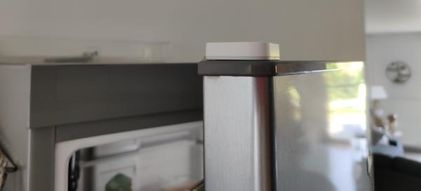 Positionner capteur vibration Xiaomi sur la porte du frigo