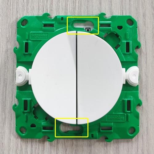 Fixer interrupteur Odace SFSP sur boite d'encastrement